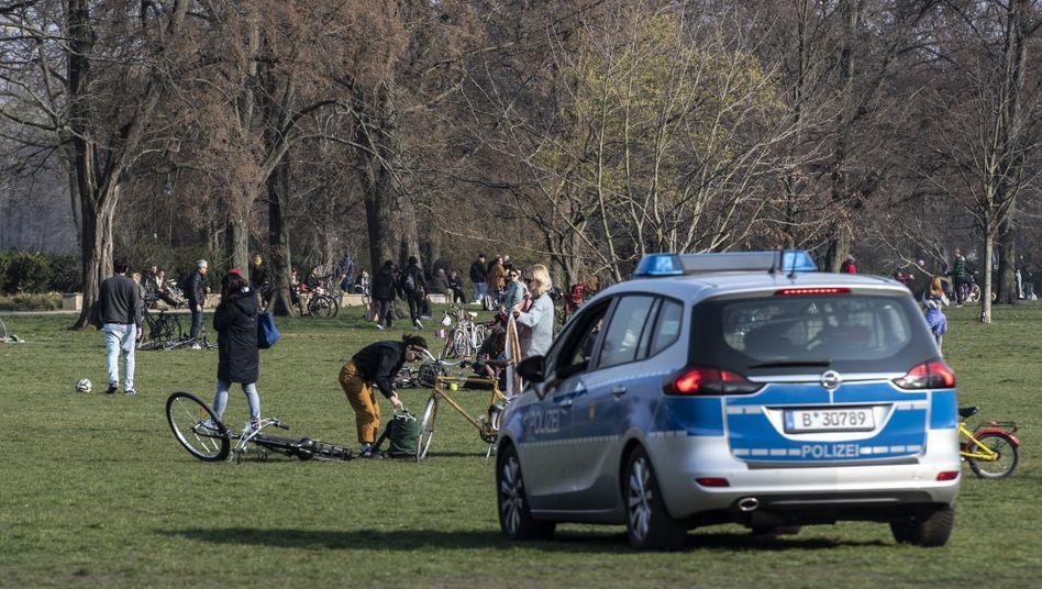Polizeistreife im Treptower Park in Berlin (Ende März 2020)