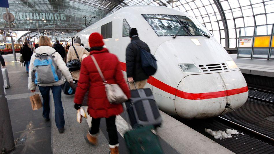 Bahnkunden in Berlin: Fahrkartenverkauf auf dem Prüfstand