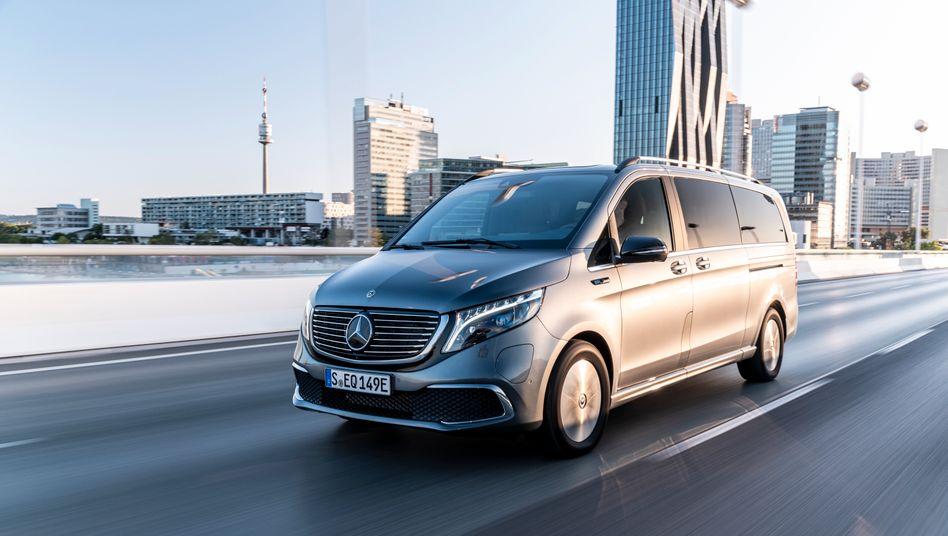 Mercedes EQV:Der Kleinbus mit E-Antrieb zischt fast in ICE-Manier über die Straße