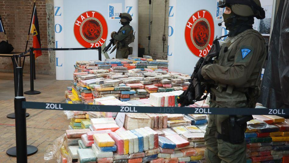 Schwer bewaffnete Zollbeamte mit Kokainfund