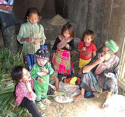 Haus einer Blumen-Hmong-Familie: Unangepasste, verarmte, aber stolze Minderheit