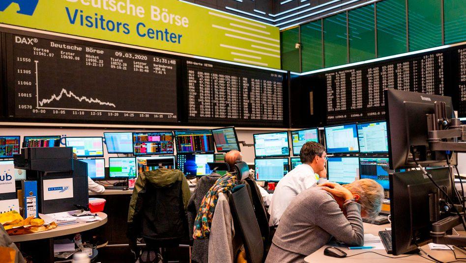 Börsenhändler in Frankfurt haben eine Fülle an Hiobsbotschaften zu verarbeiten