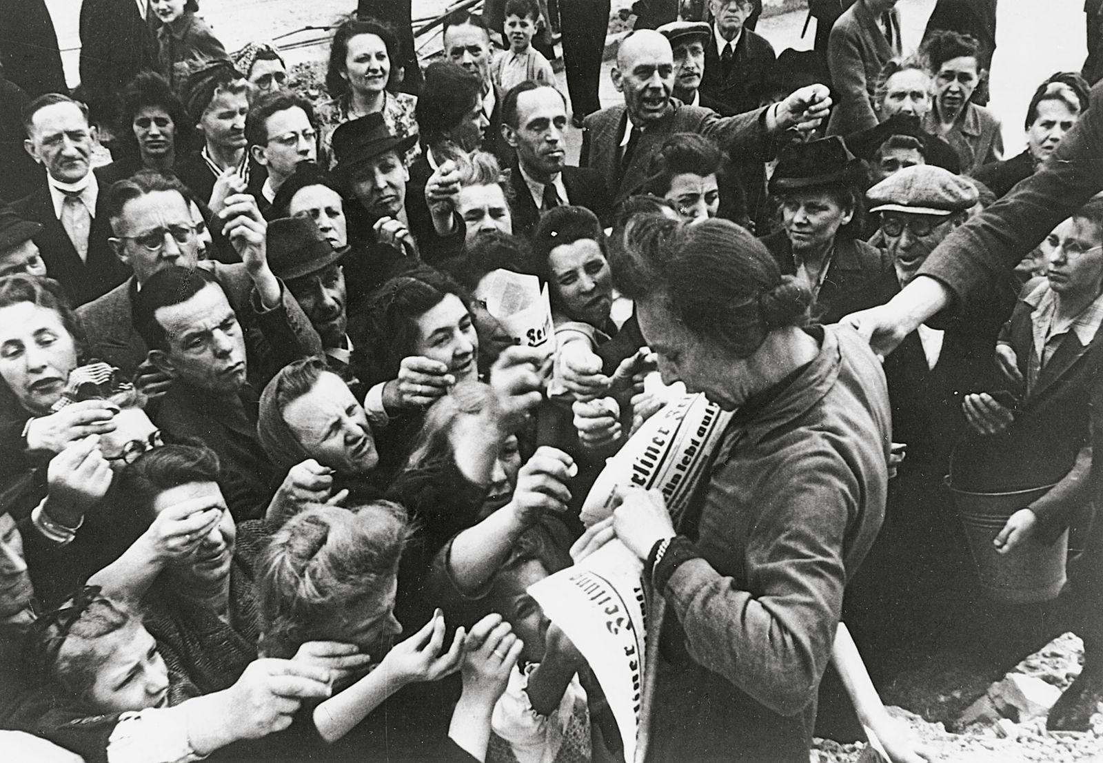 """Verkauf der ersten Ausgabe der als zweite Tageszeitung erschienenen """"Berliner Zeitung"""""""
