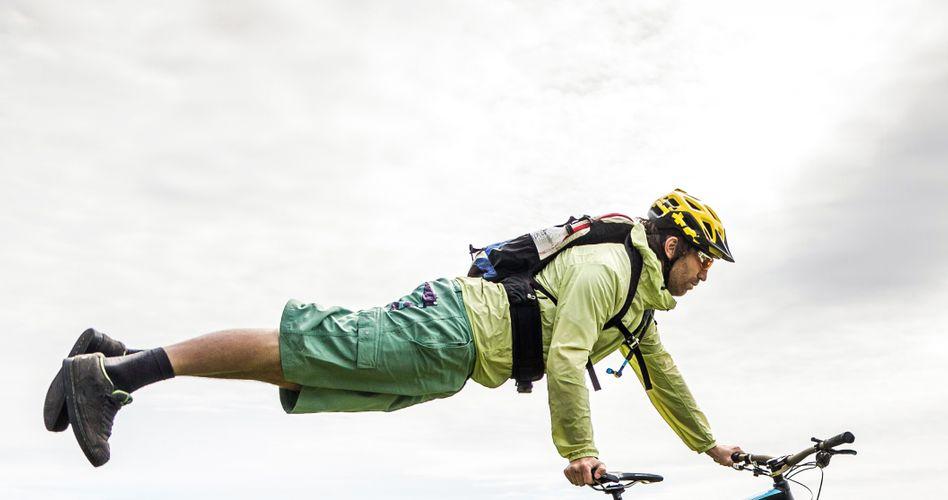 Mountainbiker: Beim sportlichen Fahrradfahren wollen viele nicht auf den Helmschutz verzichten