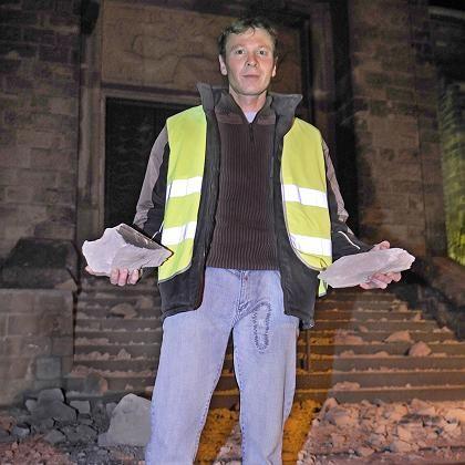 Ein Bergbau-Gegner mit Trümmern vor der beschädigten Kirche St. Blasius im Saarland: Das stärkste jemals durch Bergbau ausgelöste Beben