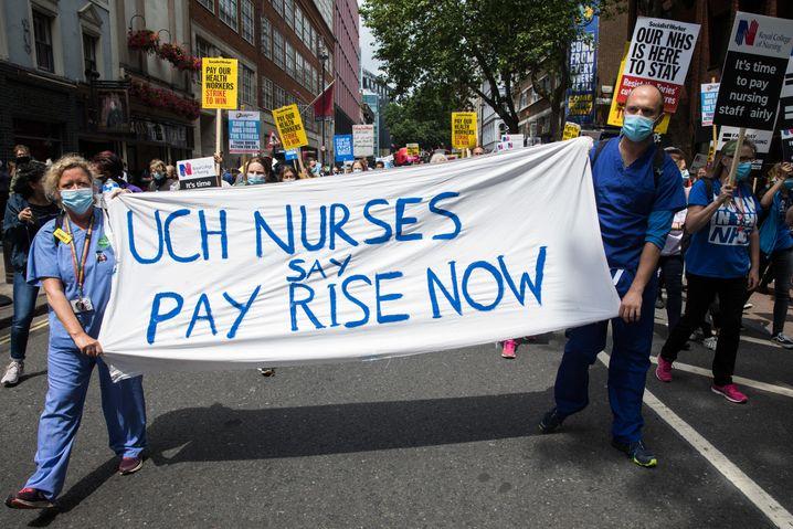 Pflegekräfte in Großbritannien fordern zum Geburtstag des nationalen Gesundheitssystems NHS bessere Bezahlung