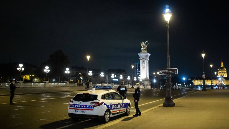 Polizisten in Paris während der nächtlichen Ausgangssperre (Archiv): Bald zwei Drittel der Franzosen betroffen