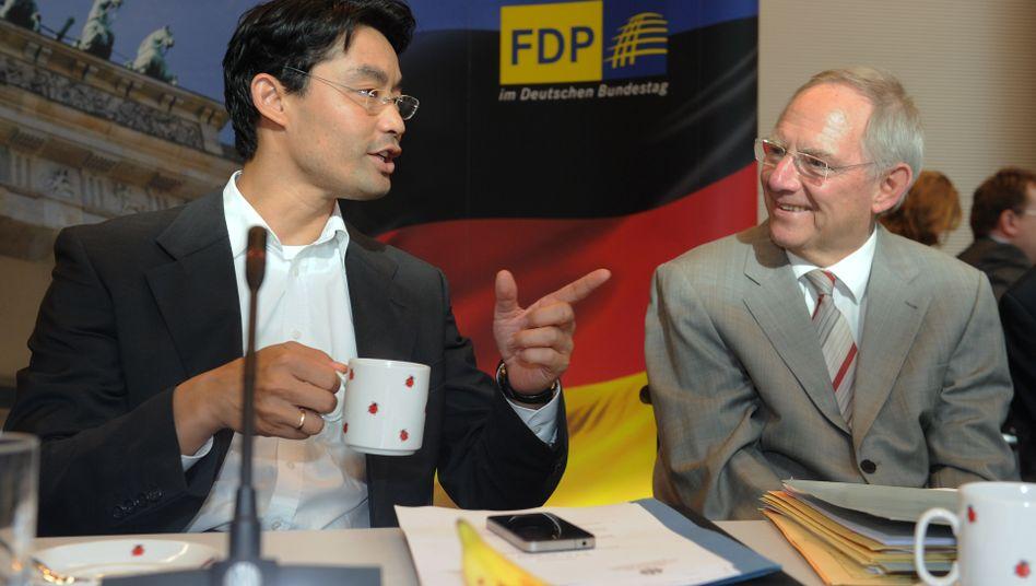 Minister Rösler (links) und Schäuble (im Juni 2011): Kalte Progression mindern