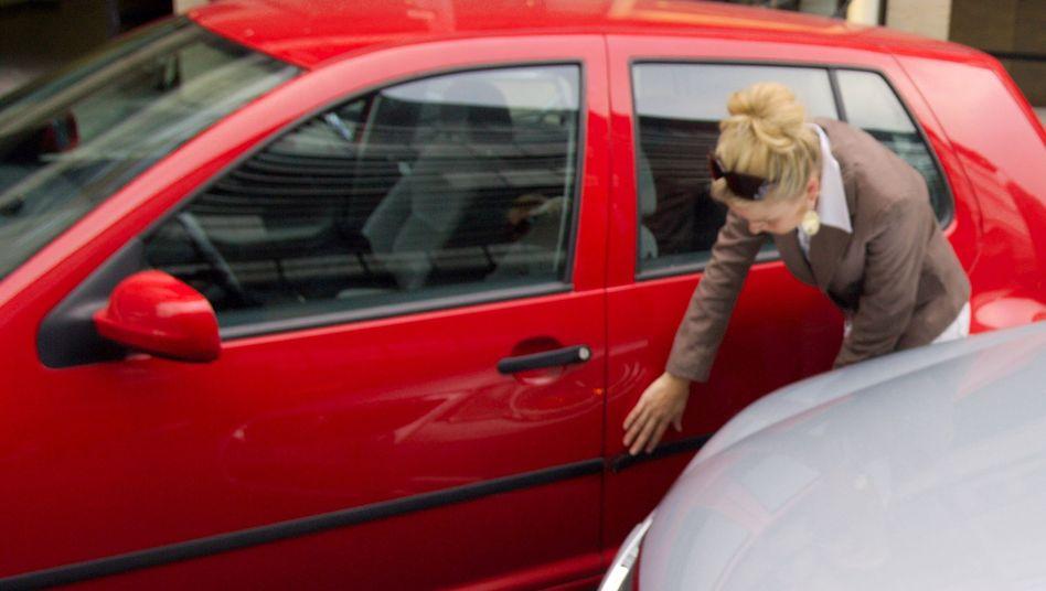 Parkrempler: Wer sich vom Ort des Geschehens entfernt, begeht Fahrerflucht