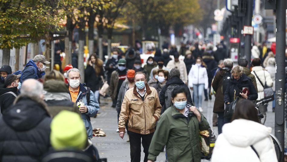 Menschen Anfang Dezember in einer Einkaufsstraße in Berlin
