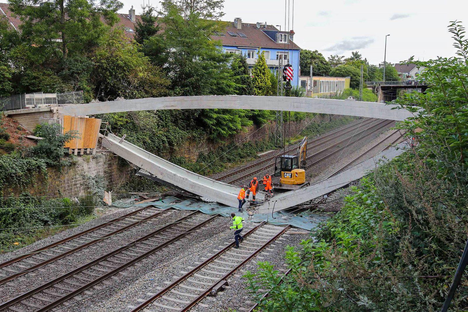 Brückenträger auf Gleise gefallen