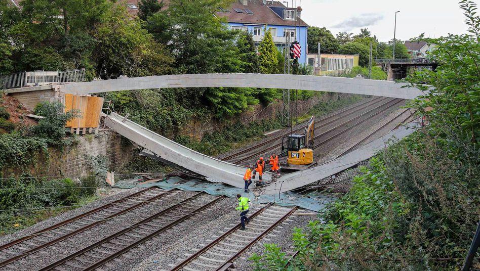 Eine marode Fußgängerbrücke ist in Wuppertal auf Bahngleise gestürzt - mit Folgen für den Fernverkehr