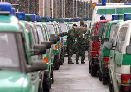 Polizeifahrzeuge sichern den Bush-Besuch: Mehr als 15.000 Beamte im Einsatz