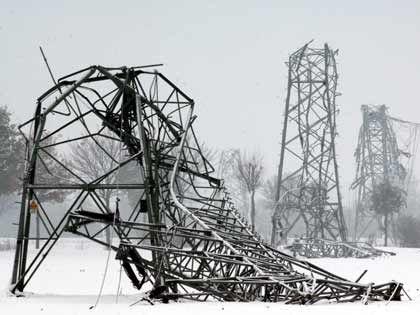 Umgeknickte Strommasten nahe Münster (Ende November): Strommasten aus der Vorkriegszeit