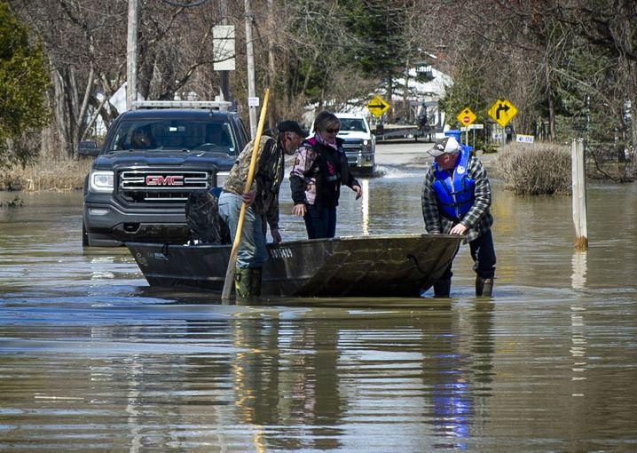 Überschwemmungen in Québec: mit dem Ruderboot über die Straße