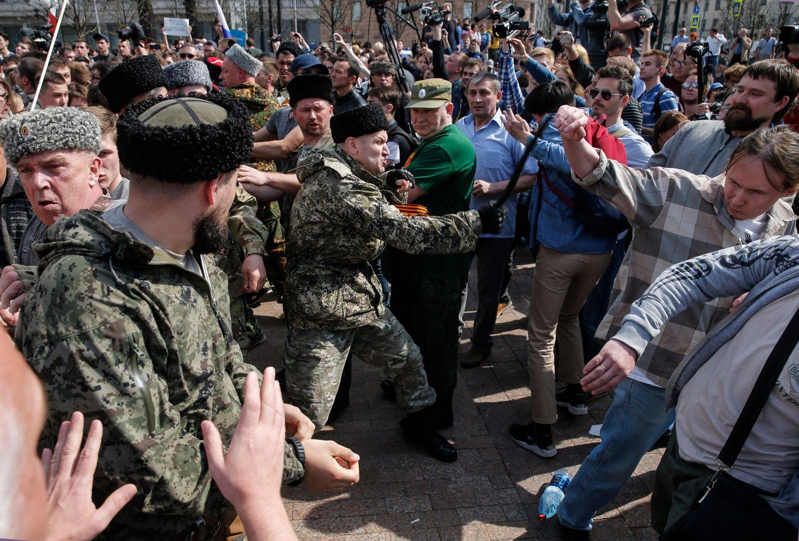 Moskau/ schlagende Kosaken