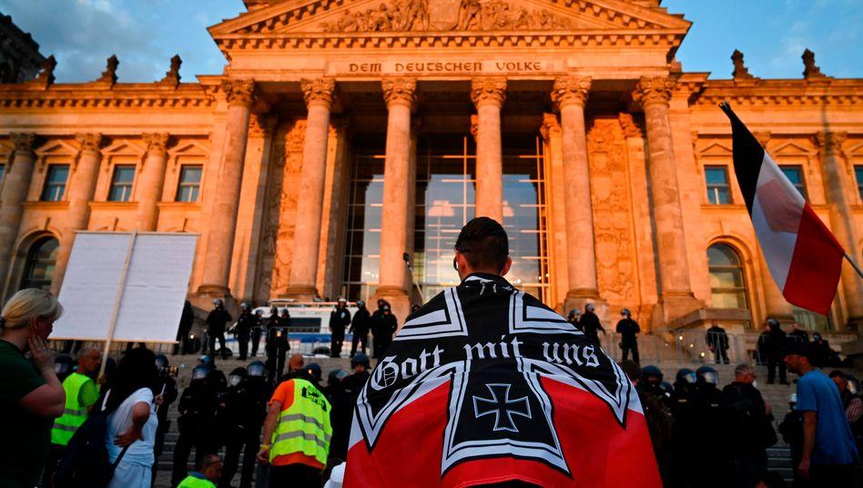 Demonstrant mit Reichskriegsflagge am 29. August vor dem Reichstag