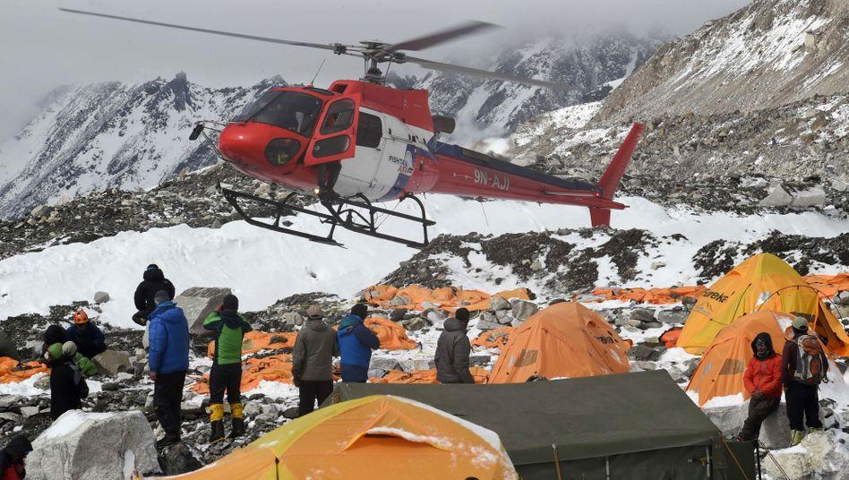 Erdbebenam Mount Everest: Helikopter erreichen verwüstetes Basiscamp der Bergsteiger