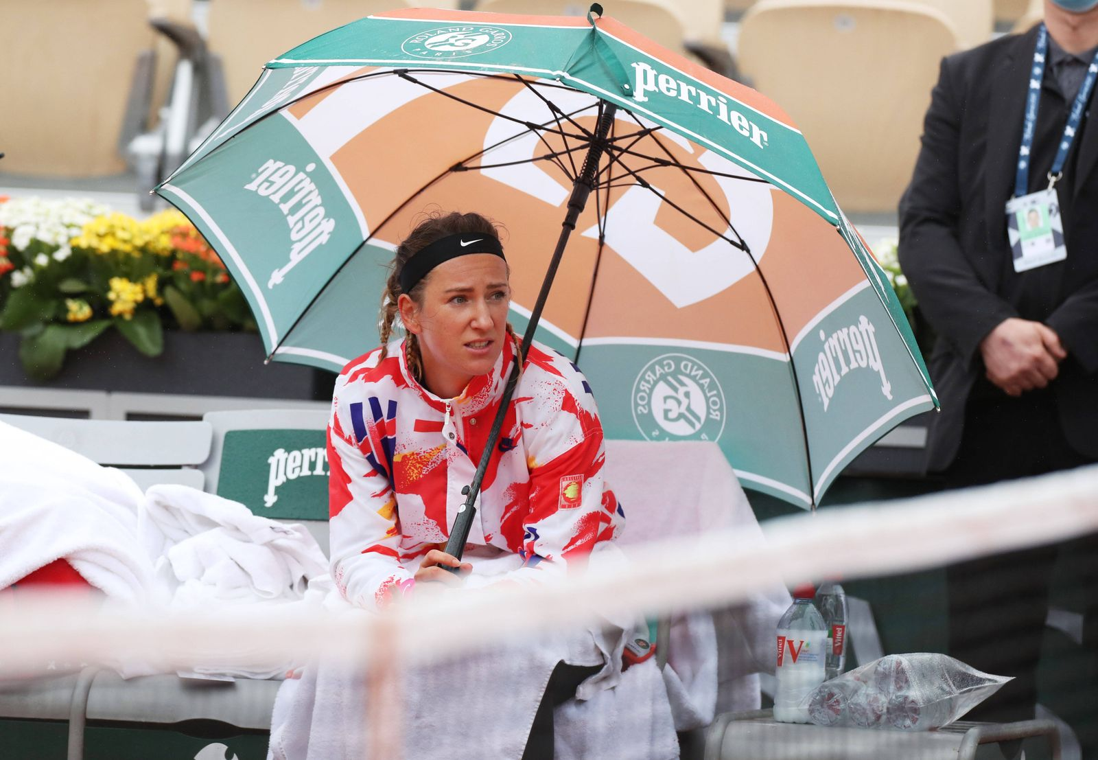 (200927) -- PARIS, Sept. 27, 2020 -- Victoria Azarenka of Belarus waits during a pause because of the rain in the women