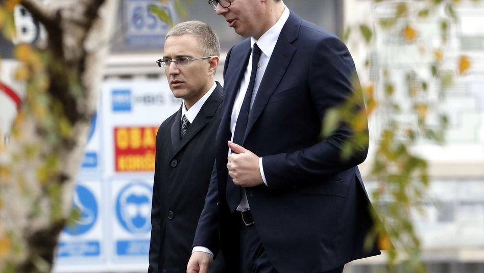Serbiens Präsident Vucic (r.), mit Innenminister Stefanovic: In illegale Waffendeals verstrickt?