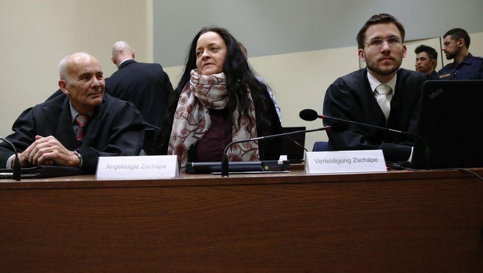 Angeklagte Zschäpe mit Anwälten (Archivbild)