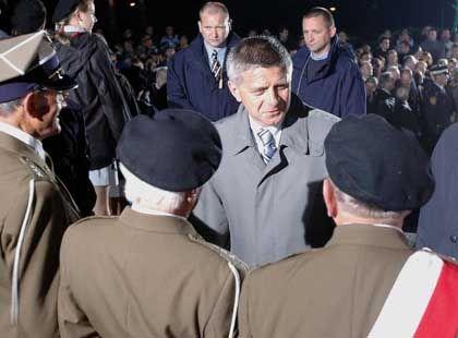Polens Premier Belka unter Druck: Im Gespräch mit Soldaten