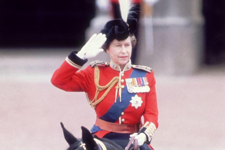 Historisches Vorbild: Queen Elizabeth salutiert (1983)