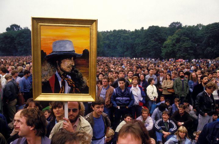 Reinhard Straach mit dem von Rüdiger Stallinger gemalten Dylan-Porträt