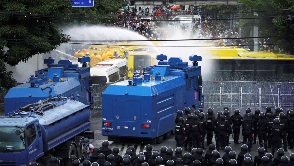 Sicherheitskräfte in Bangkok gingen am Dienstag mit Wasserwerfern gegen die Demonstrierenden vor