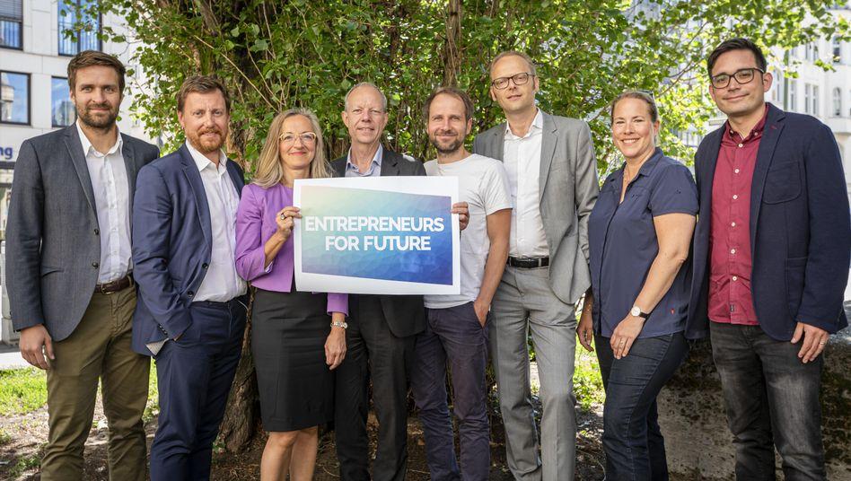 Solarunternehmer Melzer (l.) und andere Mitglieder der Initiative