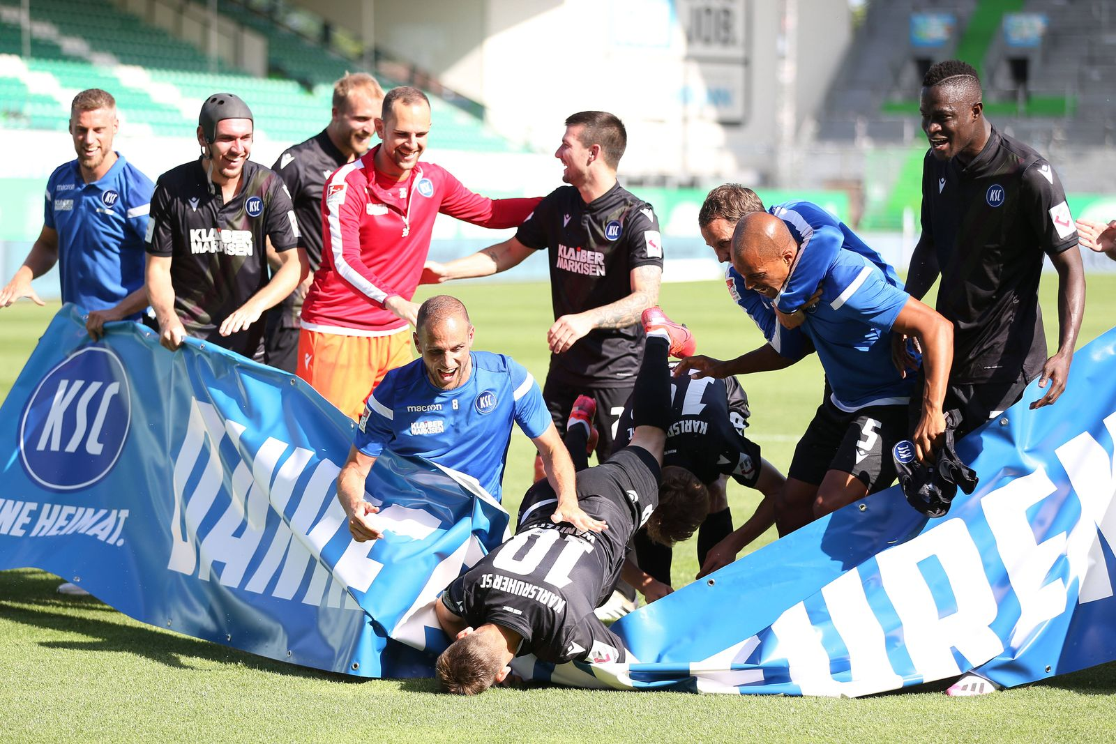 Der KSC feiert den Klassenerhalt nach dem Rückrundenspiel der Saison 2019/2020 zwischen SpVgg Greuther Fürth und dem Kar