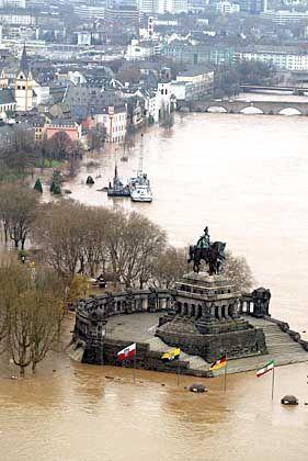 Der Kaiser bleibt trocken: Kaiser-Wilhelm-Denkmal am Deutschen Eck, dem Zusammenfluss von Rhein und Mosel