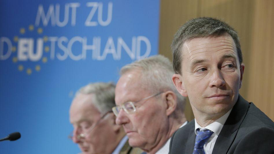 Ökonom und AfD-Mitgründer Bernd Lucke (r.), der frühere Industrielobbyist Hans-Olaf Henkel (M.) und Rechtspolitiker Alexander Gauland bei einer Pressekonferenz der AfD (2014). Lucke und Henkel sind 2015 aus der Partei ausgetreten