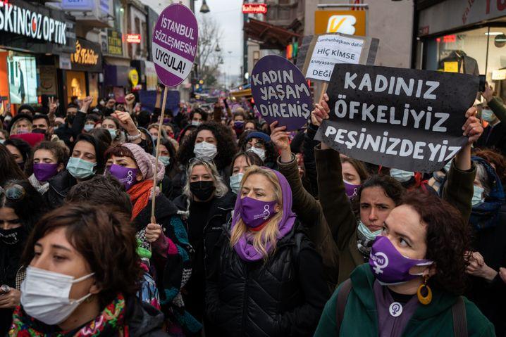 In der Türkei protestieren Frauen gegen den Rückzug der Regierung aus der Istanbul-Konvention