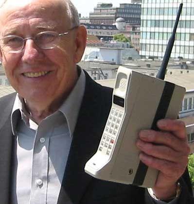 """Da hatte man noch was in der Hand: Rudi Krollop mit dem ersten serienreifen Handy, dem """"DynaTAC 8000X"""""""