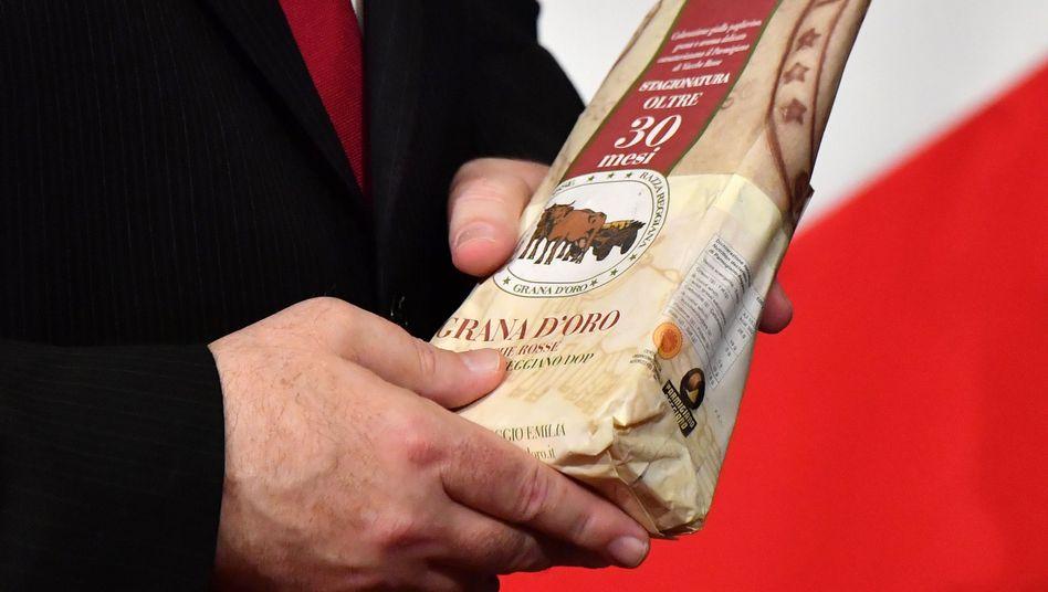 Außenminister Mike Pompeo mit einem Stück Parmesan: