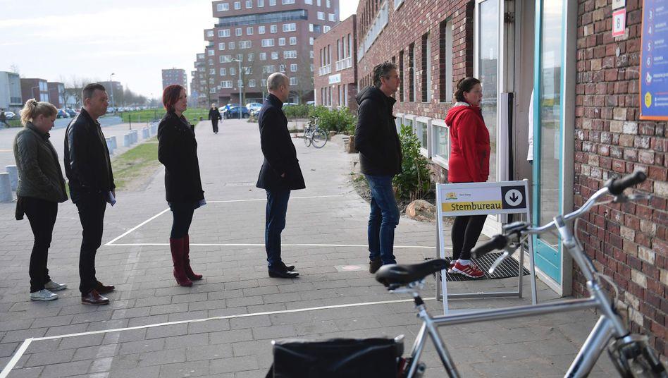 Schlange vor Wahllokal in Den Haag