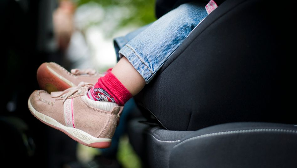 In der Kurve: Dreijähriger fällt samt Kindersitz aus fahrendem Auto