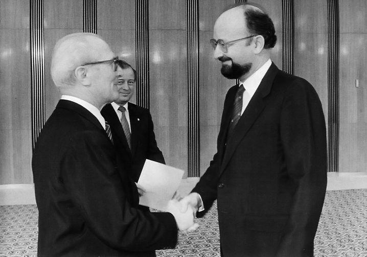 """Botschafter Birrer (r.) 1987 (mit dem DDR-Staatsratsvorsitzenden Erich Honecker in Ostberlin): """"Beinahe schutzlos ausgeliefert"""""""