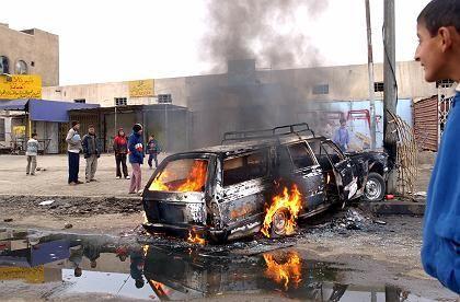 Ausgebranntes Auto in Bagdad: Drei Mitarbeiter der Wahlkommission wurden aus dem Wagen gezerrt und hingerichtet