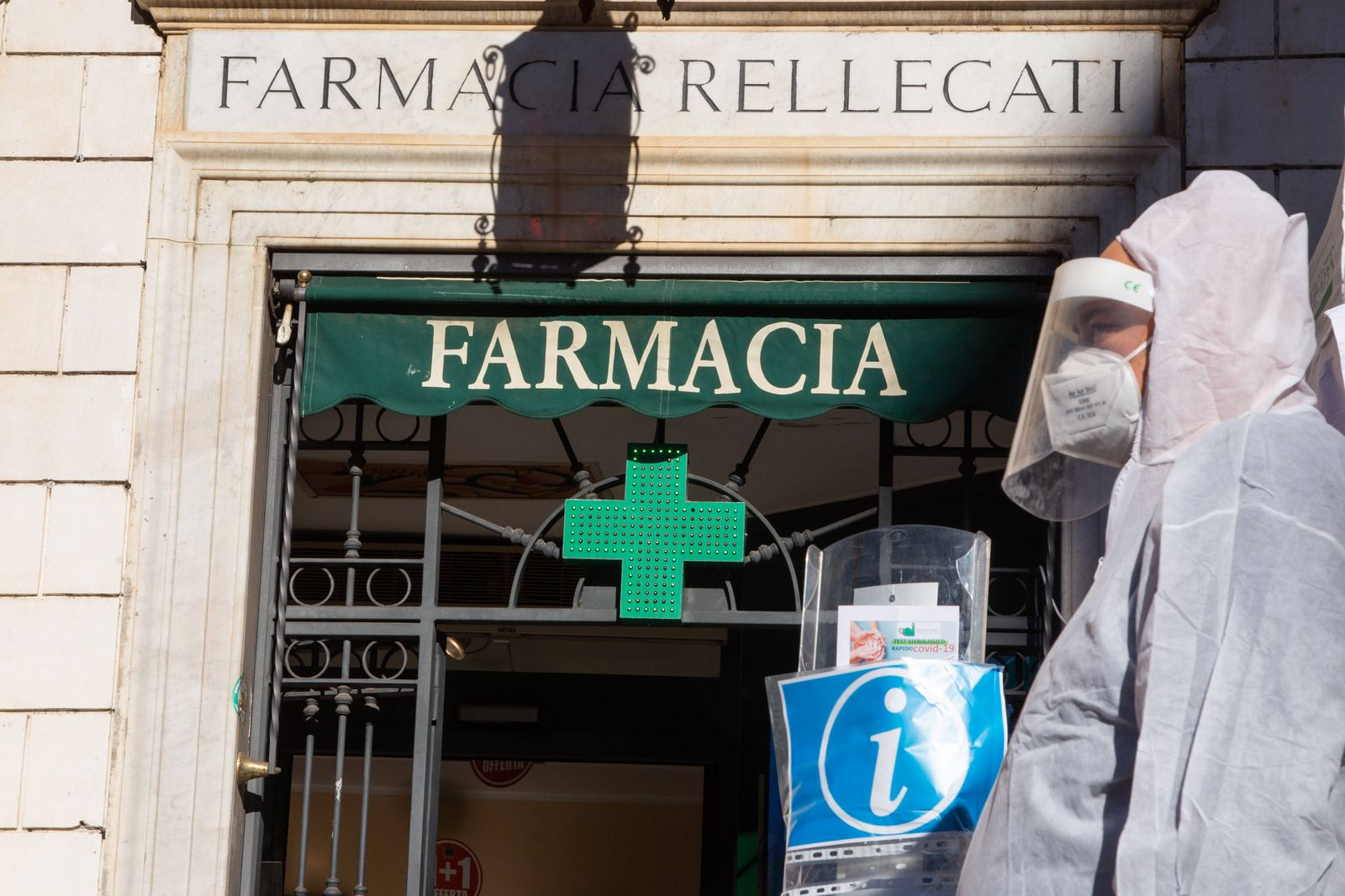 Italy: Rapid Swabs also in Pharmacies in Rome In Piazza Santa Maria in Trastevere in Rome, Rellecati pharmacy has insta
