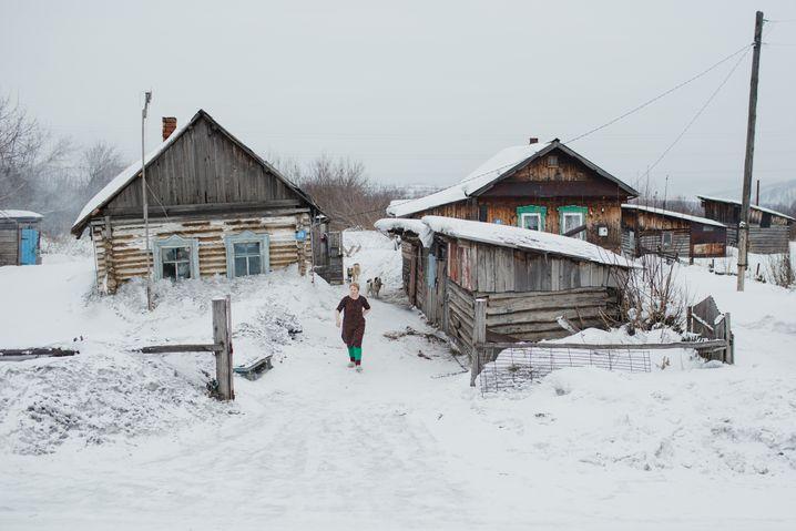 Holzhäuser im Dorf Tajlep: Dreimal die Woche rieselt der Putz von der Decke