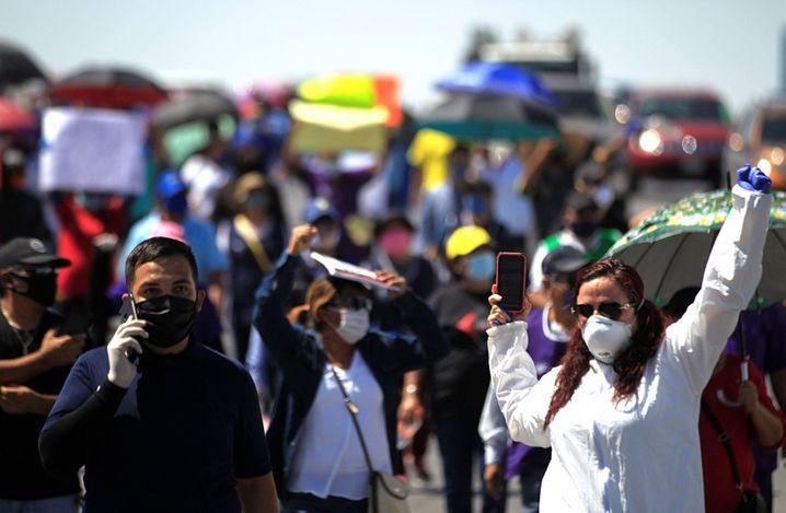 Fabrikarbeiter protestieren gegen die Corona-Gefahr in den Fabriken