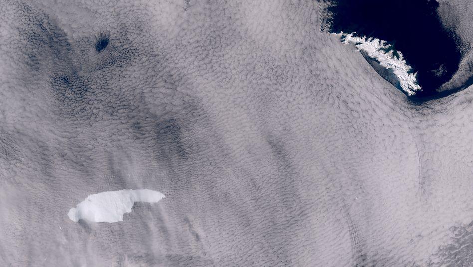 Blick durch die Wolkendecke: Eisberg A68a (l.) und Inselgruppe Südgeorgien im Antarktischen Ozean