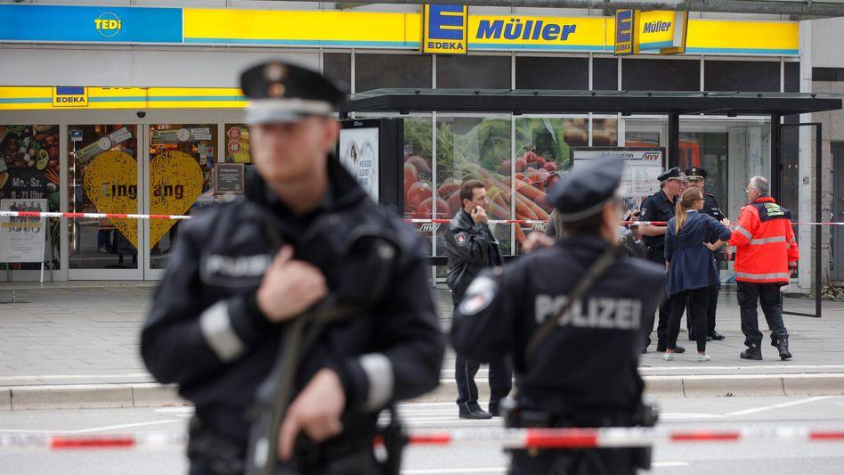 Einsatzkräfte nach der Messerattacke in Hamburg