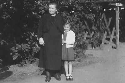 Vera Bestgen und ihre Oma 1944 in Ludwigslust, bevor die Familie ins sächsische Calbe zog