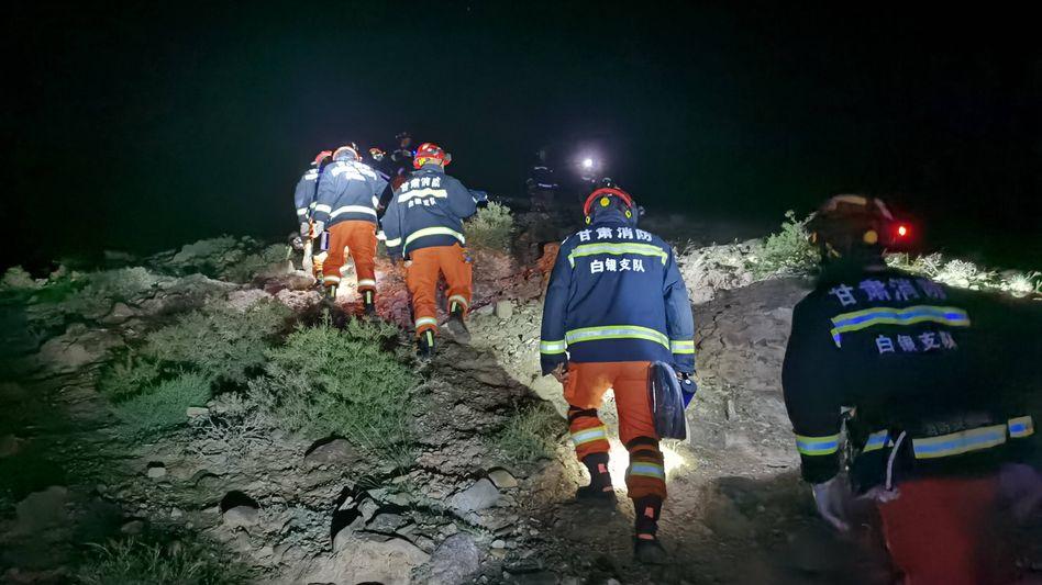 Rettungskräfte suchen in unwegsamen Gelände nach den Teilnehmern des Ultramarathons, die von einem Wettereinbruch überrascht wurden