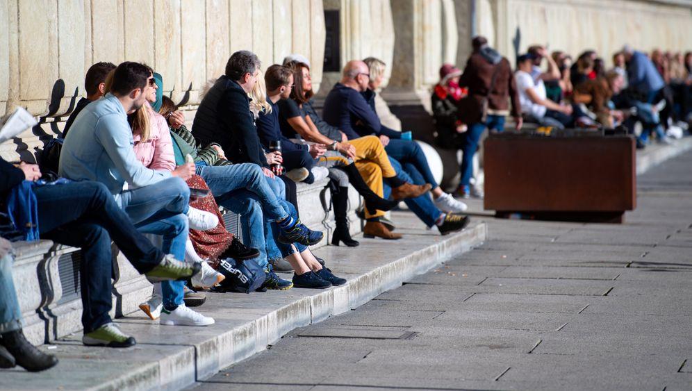 Menschen genießen das schöne Wetter in München