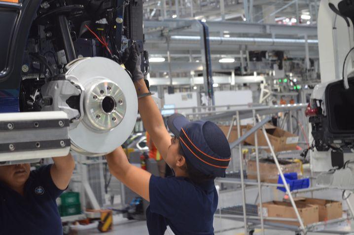 Automontage in der Werkshalle: Limousinen für den Weltmarkt