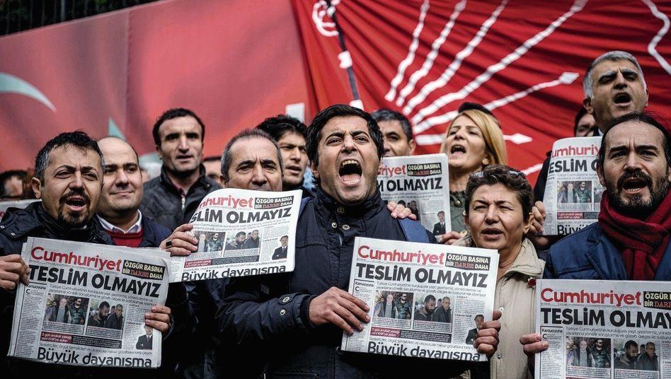 Solidaritätsaktion für verhaftete Journalisten vor der »Cumhuriyet«-Redaktion